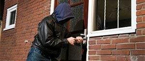 Inbreker probeert deur te openen